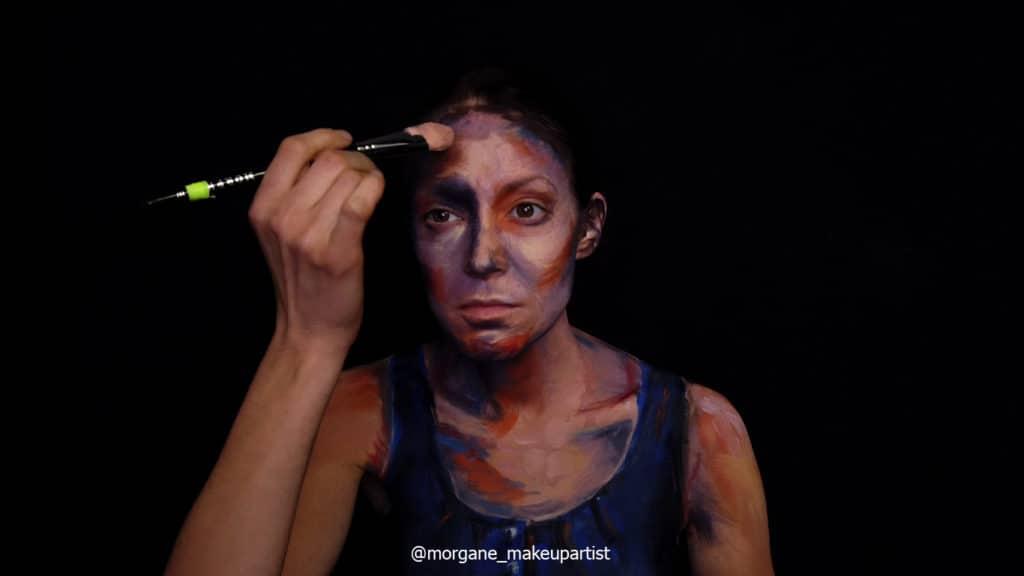étape 7: le haut du front. Morgane face à son miroir en train de se peindre