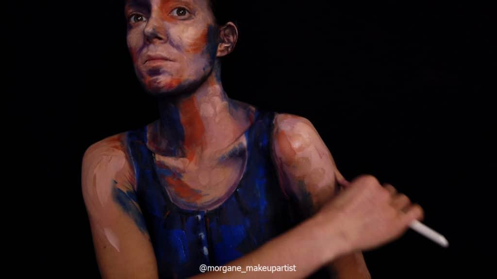 étape 8: le derrière du bras. Morgane face à son miroir en train de se peindre