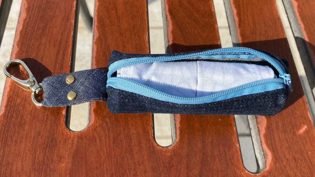 Pocheytte masque en Jean bleu foncé, fermeture bleu claire et masque en tissu