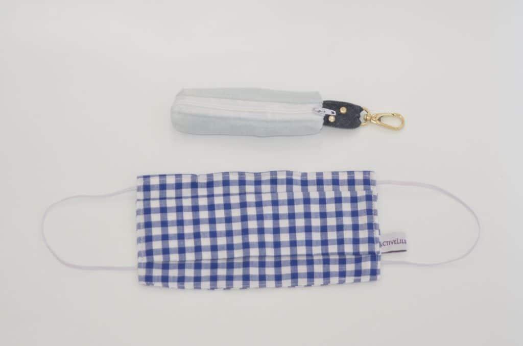 Pochette masque Jean recyclé bleu clair et masque en tissu vichy bleu