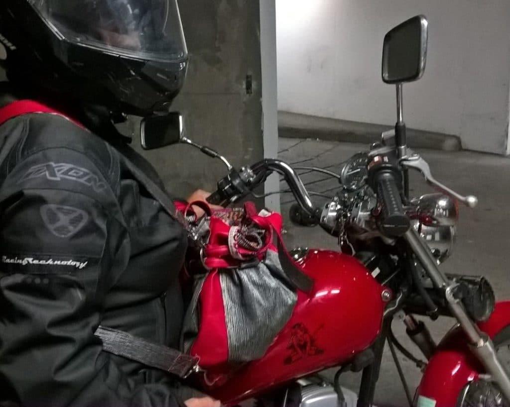 Sac sceau noir et rouge posé sur une moto