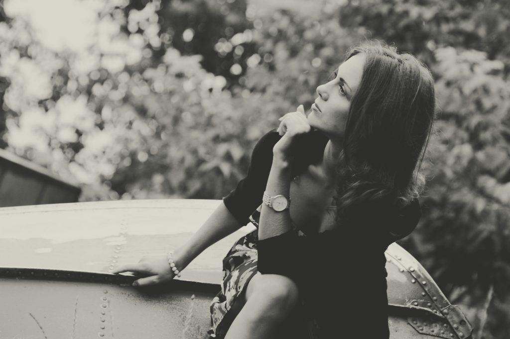Mindset de l'élégance, femme pensive et concentré sur ses pensées