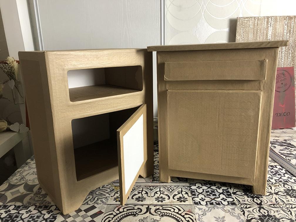 Table de chevet fabriquée en carton, en cours de réalisation. étape de kraftage