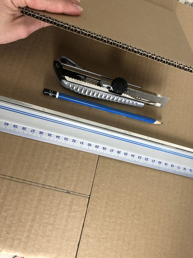 Matériel de découpe et traçage pour la fabrication de mobilier en carton