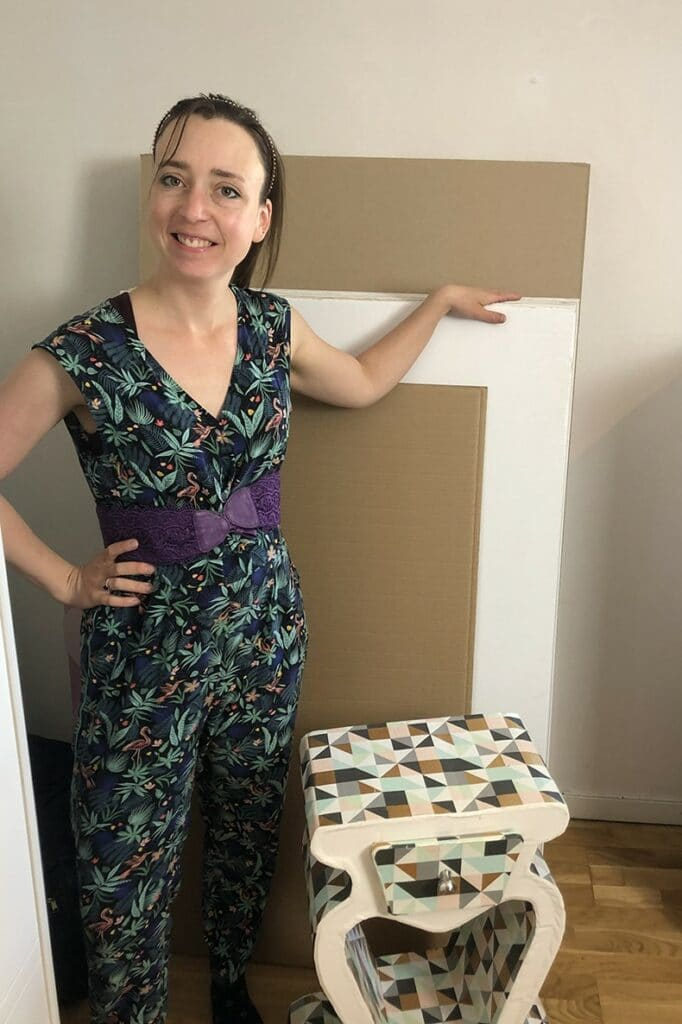 Elise Boo et son stick de cartons double cannelures pour la fabrication des ses meubles