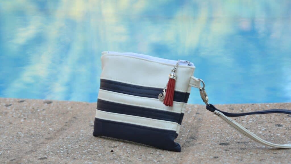 Pochette petit marin, bleu marine et blanc. Challenge élégance et créativité sur le thème du bleu.